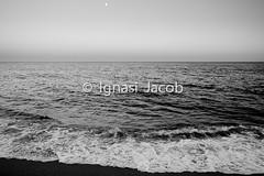 KEEP CALM AND RELAX (02) (Ignasi Jacob) Tags: etiquetas keep relax mar sea mer platja beach plage water agua ola ona wave horizon horizonte afternoon atardecer luna moon calm charming peaceful apacible pazinterior bw