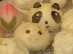 Panda and Pig - Chinatown, Kobe (Ogiyoshisan) Tags: food cute japan japanese pig panda pretty chinatown gourmet kobe motomachi manju 神戸 パンダ 豚 元町 南京町 饅頭 まんじゅう ぶた ブタ