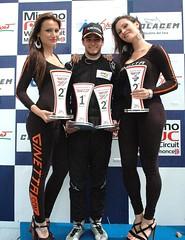 Salvador en el podium con todos los trofeos ganados.