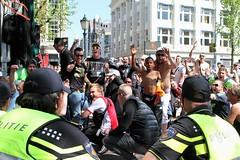 De politie bukt met u mee - Middagje Amsterdam - Ajax wordt 2e - Van het Leidseplein naar het Vondelpark ipv de Arena (Bobtom Foto) Tags: netherlands amsterdam soccer nederland arena ajax leidseplein vondelpark voetbal ooievaar kampioenschap