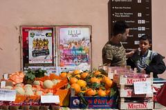 Hyres - Rue Massillon (Aelo de la Krotsche) Tags: hyres ruemassillon fruits frutas march mercado muchachos boys jungen garons