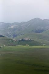 Parco Nazional dei Monti Sibillini (Roelie Wilms) Tags: montisibillini umbria umbri italy itali italia castelluccio outdoor hill mountain field