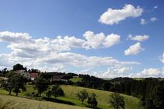 Wolkenstimmung ber dem Mhlviertel (rubrafoto) Tags: sommer landwirtschaft wolken landschaft bauernhof wetter stimmung mhlviertel ottensheim wolkenstimmung ooe witterung wolkenhimmel grnland wetterbild sommerlandschaft