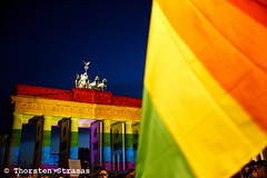 Tausende gedenken in Berlin den Opfern von Orlando (tsreportage) Tags: gay usa berlin lesbian orlando candles florida song flag rally brandenburggate embassy shooting homosexual ambassador brandenburgertor queer vigil speech mitte rede fahne rainbowflag flagge kerzen kundgebung victims homophobia pariserplatz botschaft terrorattack schwul opfer homosexuell lesbisch botschafter vereinigtestaaten homophobie regenbogenfahne lgbti schildsign terroranschlag
