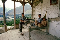 Karimabad, Hunza Valley, Pakistan, 1988 (Photox0906) Tags: wood pakistan musician panorama house boys beauty asia asien view terrace columns young terrasse valley karakoram asie instruments maison hunza northernareas karimabad vue bois graffitis jeune musicien colonnes valle garons baltit pakistanais pakistanese territoiresdunord baeut