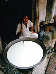 Lahore, Punjab, Pakistan, 1988 (Photox0906) Tags: pakistan light white man milk asia asien lumire lait asie bazaar punjab blanc lahore seller bazar homme milkman vendeur pakistanais pakistanese laitier