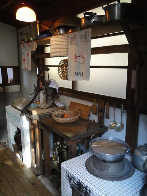 裏口から台所がのぞけます。|サツキとメイの家
