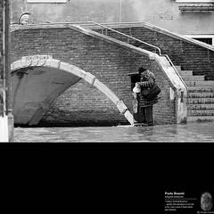 l'arco... (paolo.benetti) Tags: bw nikon italia ponte scala venezia negativo architettura 800iso pellicola kodaktrix400 scalini riproduzione nikkor200mm d300s nikonfphotomicfnt