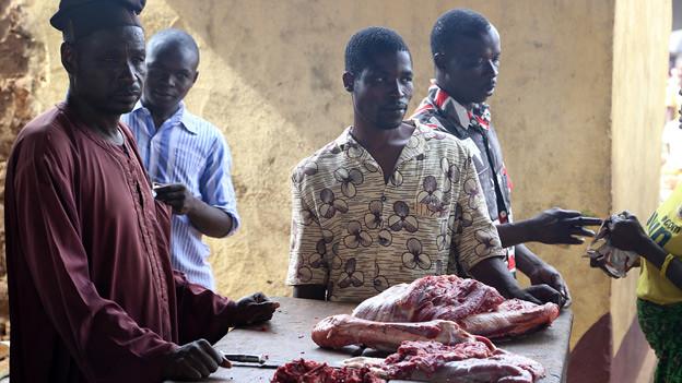 这位屠夫是仍然留在博祖姆市的两位穆斯林之一