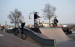 Discussion au skate park (olivlepitre) Tags: bike bmx bordeaux skatepark roller vlo aquitaine gironde