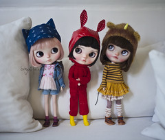 """""""Who are you two? Wanna come home and play with my dolls?"""" (_babycatface_) Tags: cute toy doll cutiepie blythe custom takara blythedoll dollphotography customblythe customdoll toyphotography blythecustom takaradoll vainilladolly babycatfacedollies babycatface"""
