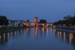 Reflejos en azul -  Reflex in blue (::Daniel::) Tags: verona italia canon 50d castelvecchio puente agua castillo canon50d