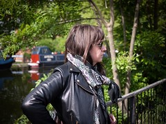 Pauline (Dahrth) Tags: woman london girl bokeh femme londres leatherjacket rayban perfecto jeunefemme microfourthirds panasoniclumixgf1 lumix20mm 20mmpancake gf120 lumixmicroquatretiers lumixμ43