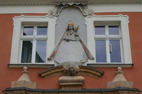 Płaskorzeźba Marii z Dzieciątkiem (Rynek 1, Klahr Starszy, 1741-42) w Lądku Zdroju