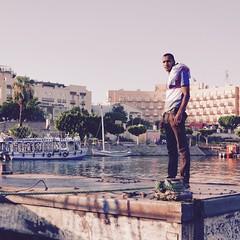 Hombre en un muelle de Luxor (PhotoSebastian) Tags: muelle sailing egypt streetphoto egipto luxor navegar