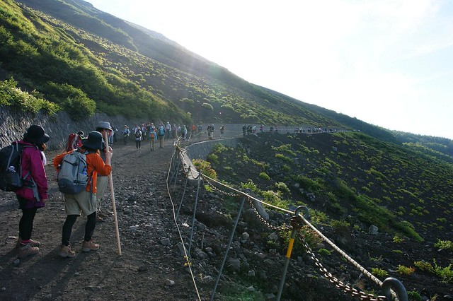 しばらく歩くとスバルライン5合目から頂上へ向かう人たちで大。|富士山五合目