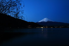 Admirable Mont Fuji - Kawaguchiko - Japon (#EXPLORE) (Micky75017) Tags: voyage trip travel viaje mountain lake reflection nature japan night canon landscape japanese noche michael photo twilight asia fuji photographie image nacht dusk natur picture lac natura clear mount reflet reflect montage 7d getty noite fujisan asie japo bluehour nuit japon notte giappone imagen gettyimages japonais noc kawaguchiko fujiyama volcan japn japonia japonya magicblue reflecto jepun montfuji gettycollection ducloux micky75017