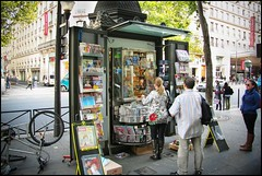 Paris,  boul. Haussmann (Réal Filion) Tags: paris france magazine stand newspaper haussmann commerce kiosque economy journaux économie
