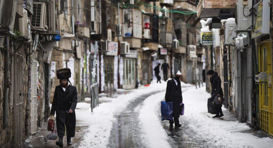 Заснеженная улица в квартале ультраортодоксов Шивтей Исраэль. Фото:  Уриэль Синай, Getty Images
