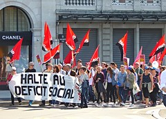 Solidarités (Eric_G73) Tags: street people freedom switzerland march geneva expression flag politics union crowd protest streetphotography streetlife chanel genève manif manifestation leftwing syndicalism solidarités