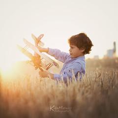 Child playing with plane (Enrique J. Mateos Mtnez) Tags: summer portrait sun playing plane canon spain child infantil squareformat verano tele nio flares juguete 1x1 espigas avioncito sesea canon6d 100mm28l