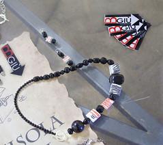 collana e orecchini_riciclo_carta e pietre_black&red