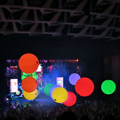 This is not a bokeh...  :) (Alex L'aventurier,) Tags: show canada colors giant montral quebec montreal couleurs crowd balls qubec foule placedesarts ballons gant thtre salle bluemangroup spectacle