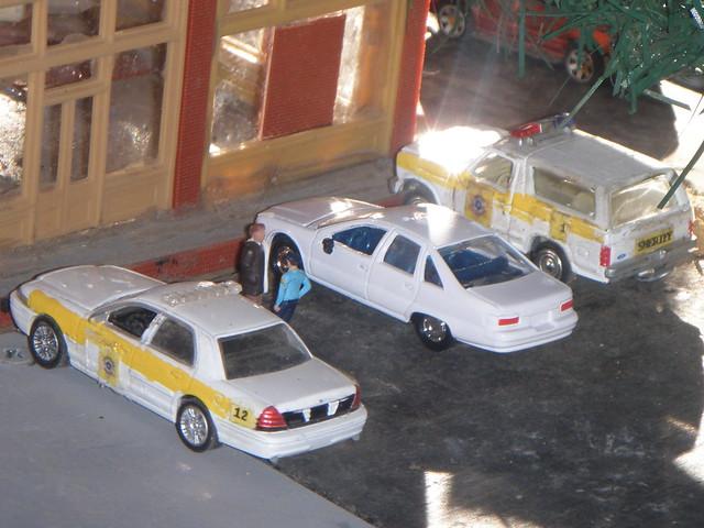 toy layout model law sheriff dioramas diecast fordbronco fordcrownvictoriapoliceinterceptor 164scale diecastdioramas 1992chevycaprice hoscalefigures