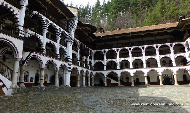 Vista del edificio que rodea la plaza central del monasterio