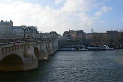 SEINE | Vedettes du Pont Neuf - Quai de Conti | PARIS (Elisabeth de Ru) Tags: paris france seine 75006 parijs pontneuf parigi quartierlatin parys  vedettesdupontneuf  parisi   pariz  arr6  elisabethderu|2015 camerasony300 paris2325january2015 elisabethderu tourmontparnassebackground
