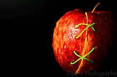 Uniendo mitades - Uniting halves (Daroo Photography) Tags: light shadow red brown black detalle detail verde green luz apple water thread yellow fruit creativity photography drops rojo agua nikon flickr manzana background negro sombra fruta gotas amarillo 5200 halves hilo fotografia fondo creatividad sharpness marrn uniting nitidez mitades uniendo daroo d5200 daroophotography