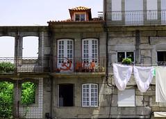 Die derzeitige Lage des Weltkommunismus (Friedrich Grssing) Tags: street portugal wall balcony balkon wand strasse ruin clothes ruine communist communism guimaraes wsche communists hauswand pcp bettwsche kommunismus grssing groessing