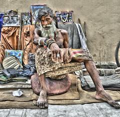 Retrato (Camilo Farah Fotgrafo) Tags: old india men vendedor la calle nikon retrato homeless cara sigma ojos mirada largo aire sari camara libre hombre barba pelo portrair flaco aarti mirando tela indu callejero vagabundo induismo brahman hablado gampati aorti