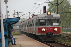 PR EN57-1074 + EN57-1732 , Wrocaw Muchobr train station 06.05.2013 (szogun000) Tags: railroad station electric set train canon ir tren poland polska rail railway commuter emu pr passenger trem treno ezt wrocaw pkp pocig  lowersilesia interregio dolnolskie dolnylsk uyce en57 63120 przewozyregionalne wrocawmuchobr canoneos550d canonefs18135mmf3556is en571074 d29273 d29275 d29757 d29758