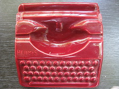 ASHTRAY Hermes (streamer020nl) Tags: amsterdam typewriter 1950s ashtray hermes typemachine aardewerk asbak up6487 schrijfmachinehuis