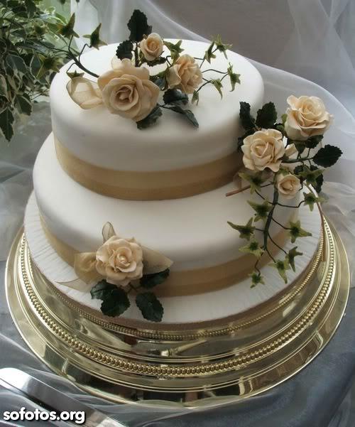 Bolo de casamento com rosas amarelas