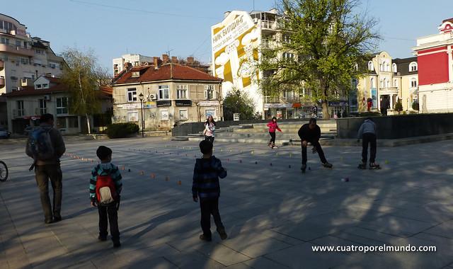 Gente patinando en una plaza cerca de nuestro aparcamiento