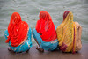 IMG_0396 (www.studiopessinger.fr) Tags: femme dos barefoot trio discussion voile groupe couleur ablution assis inde fleuve benares gange indiennes accroupi descalças