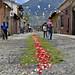 Tappeti di fiori per le vie di Antigua