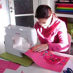 aprender a costurar na ma... (ma riscada) Tags: workshops aprender fuxicos capasdelivro mariscada patricialima workshopsdama aprenderacosturar bolsaslenospapel