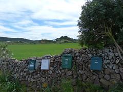 Buzones en muro de piedra seca (Miguel__Escobar) Tags: wall mail postbox menorca minorca balearicislands buzones islasbaleares humangeography geografíahumana murodepiedraseca