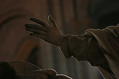 Une main tendue (Pi-F) Tags: paris statue lumire main notredame cathdrale glise