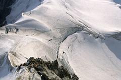 Chamonix-Mont-Blanc, arête du plan de l'aiguille (Ytierny) Tags: france horizontal montagne altitude trace glacier neige midi chamonix ville montblanc chemin alpinisme massif randonnée hautesavoie valléeblanche sommet vallée aiguille cordée arête plandelaiguille alpesdunord ytierny