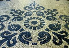 Assim se faz Portugal (Amrico Meira) Tags: hoja portugal avenida leaf lisboa feuille simetria caladaportuguesa duetos