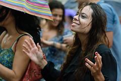 Chuva, suor e cerveja (Dani Alvarez Caellas) Tags: barcelona portrait music woman wet girl rain lluvia mujer retrato chuva festa noia dona alegra retrat candidportrait pluja robat musicphotography robado mullada molldelamarina womanportraiture diadebrasil