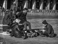"""Picnic en la plaza"" (Angelmartinphotography) Tags: amigos blackwhite picnic streetphotography salamanca plazamayor angelmartinphotography"