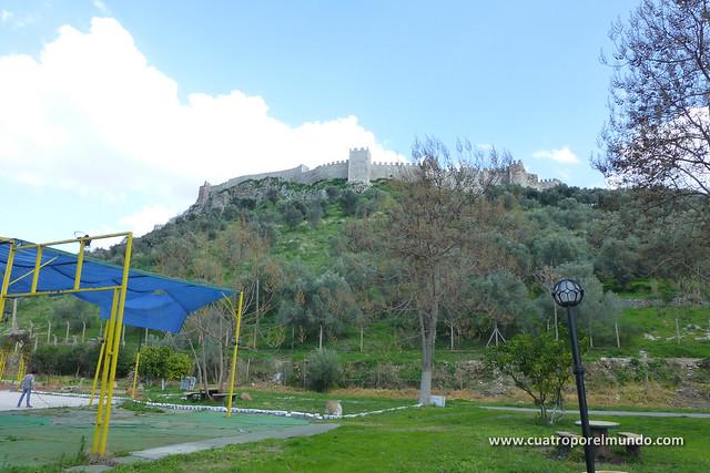 Vista de la colina y castillo de Ayasuluk desde el camping