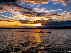 Wannsee_005 (pXelbre! by LTX) Tags: sunset sky lake reflection berlin water silhouette backlight clouds boot see boat wasser waves sonnenuntergang speedboat himmel wolken contrails spiegelung gegenlicht wellen wannsee kondensstreifen motorboot groserwannsee