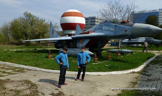 Posando junto a un MIG-29 rumano
