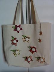 Bolsa Flores Fuxico - vermelho com verde e creme (Costurinhas da Sueli) Tags: flores fuxico bolsa